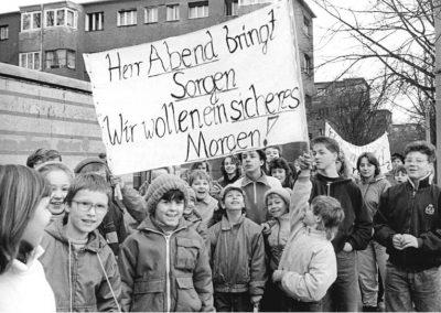 Demonstration von Leipziger Schüler*innen und Pädagog*innen für die Erhaltung von Hort und Kindergarten sowie ein besseres Schulessen am 09.02.1990.