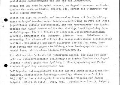 Der dargestellte Text bildet den Standpunkt des Arbeitspräsidiums des Runden Tisches der Jugend Leipzig-Stadt ab. Hierin wird die Frage beantwortet, wie es mit den gebündelten Interessen der Jugend bis zur Bildung eines Stadtjugendringes weitergehen kann. Außerdem wird die erste Vollversammlung für den 18.6.1990 vorgeschlagen.