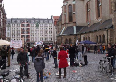 Auf dem Nikolaihof sind spielende Kinder und Protestplakate zu sehen.