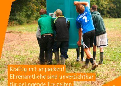 Jugendliche tragen ein Dixi-Klo auf die Wiese. Die Organisation der Freizeiten wird vor allem durch Ehrenamtliche sichergestellt, die ordentlich mit anpacken müssen.