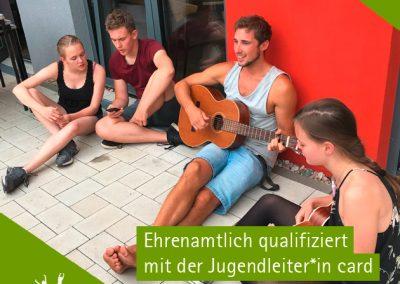 Junge Menschen beim Gitarrenspielen. Mit der Qualifikation der Jugendleiter*incard wird ein wichtiger Beitrag zur Qualitätssicherung des pädagogischen Angebots abgedeckt.