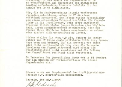 Zu sehen ist eine Stellungnahme vom 20.10.1991 des Stadtjugendrings Leipzig e.V. Der Verein fordert den Erhalt des ehemaligen DDR Jugendsenders DT 64. Im Interesse der jungen Menschen soll der Sender mit seinen 1,5 Millionären Zuhörern erhalten bleiben und die Integration in eine neue Gesellschaftsform unterstützen.